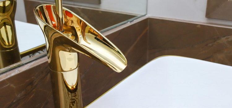 Torneira dourada é um detalhe perfeito em seu banheiro
