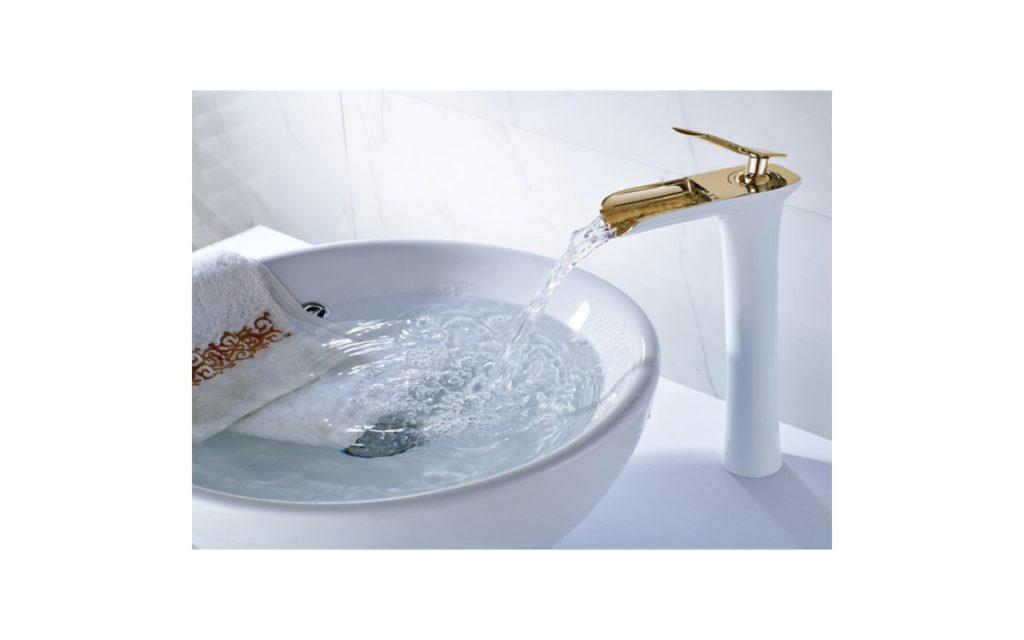 torneira dourada banheiro